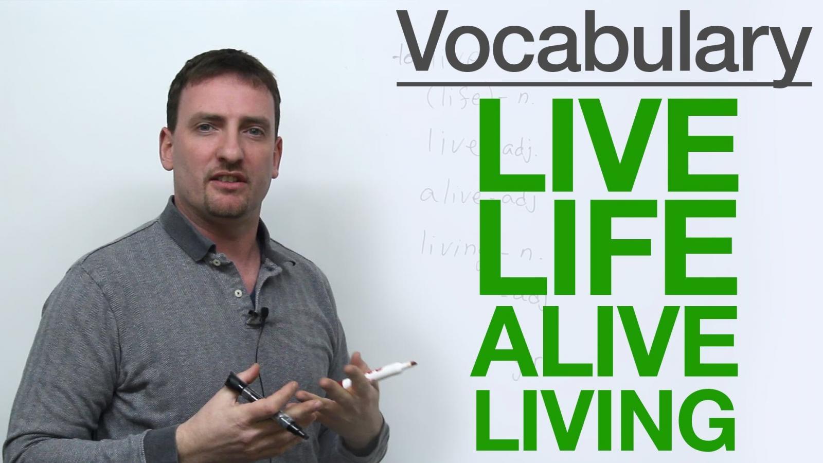 """""""Alive"""" (adj): / əˈlaɪv / Và Living (adj): / ˈlɪvɪŋ /"""